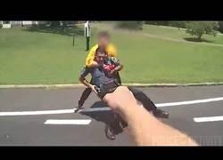 Enlace a Sospechoso armado con un cuchillo ataca a policias