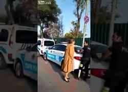 Enlace a Reacción unusual de una mujer al recibir una multa