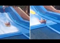 Enlace a Mujer acaba desnuda y con varias vértebras rotas tras caerse en parque acuático