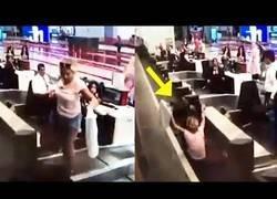 Enlace a Pasajera cree que la cinta de equipaje la llevará directa a su destino