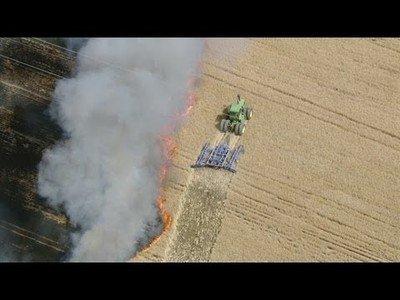 Un granjero se la juega mucho para intentar salvar su granja