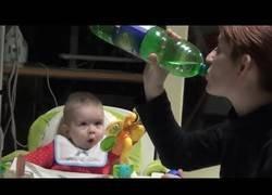 Enlace a Este bebé lo flipa muchísimo cuando ve a su madre beber de una botella