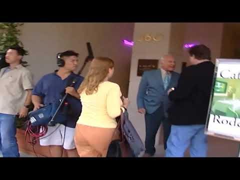 Buzz Aldrin le pega un puñetazo en la casa a una persona que no cree que fuese a la luna
