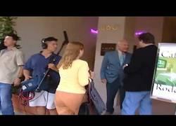 Enlace a Buzz Aldrin le pega un puñetazo en la casa a una persona que no cree que fuese a la luna