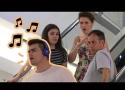 Enlace a Cámara oculta, reacciones al colgado de turno que canta por la calle (y mal)
