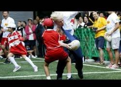 Enlace a Boris Johnson jugando a rugby street con niños