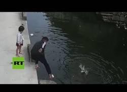 Enlace a Repartidor salva a una niña de morir ahogada en un río de China