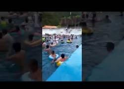 Enlace a Una piscina de olas fuera de control