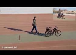 Enlace a Inventan una bicicleta no tripulada que sigue órdenes por voz y esquiva obstáculos por sí misma