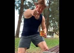 Enlace a Versión australiana del bottle cap challenge