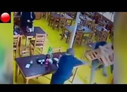 Enlace a Camareros se enfrentan a atracadores a sillazos