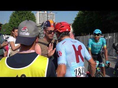 Le intenta coger la botella de agua a un ciclista profesional y se arrepiente muy rápido