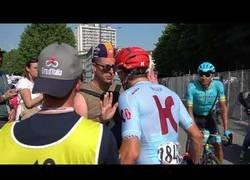 Enlace a Le intenta coger la botella de agua a un ciclista profesional y se arrepiente muy rápido