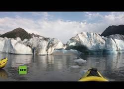 Enlace a Dos kayakistas documentan el colapso de un enorme trozo de hielo del glaciar Spencer, Alaska