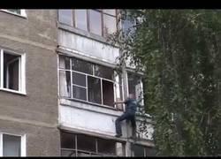 Enlace a Un policía arriesga su vida para salvar a una niña de 5 años a la que iban a tirar por la ventana
