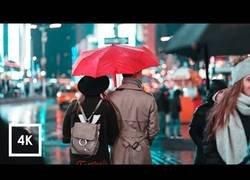 Enlace a Caminando por Manhattan, NYC, bajo una tormenta