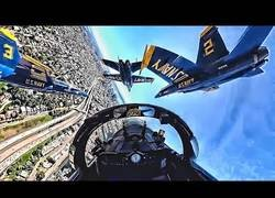 Enlace a Alucinante vista desde la cabina de un caza F/A-18 Hornet mientras realiza acrobacias