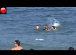 Enlace a Detienen a nado a un individuo en la Barceloneta