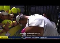 Enlace a Rafa Nadal rescata y consuela a un niño atrapado entre una multitud de fans