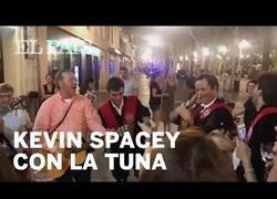 Enlace a Kevin Spacey cantando 'La Bamba' con una tuna