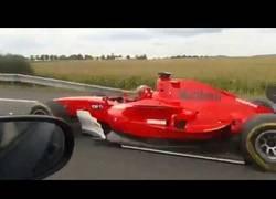 Enlace a Un coche de fórmula por la autopista de la República Checa