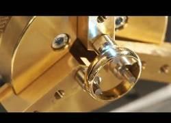 Enlace a Cómo se graban los anillos de oro
