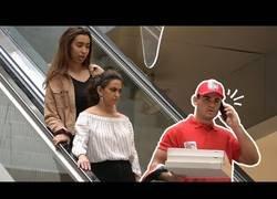 Enlace a Llamadas incómodas a un repartidor de pizza en las escaleras mecánicas