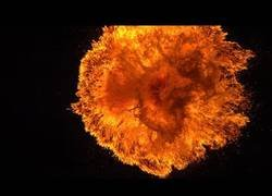 Enlace a El fuego impactando contra un cristal a cámara lenta