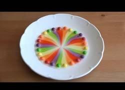 Enlace a El increíble efecto logrado con Skittles y un poco de agua