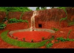 Enlace a Construyendo una piscina a partir de una cascada en el medio natural