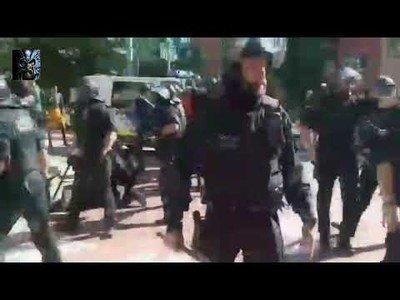 Un hombre tira una botella a un policía y se lleva un placaje
