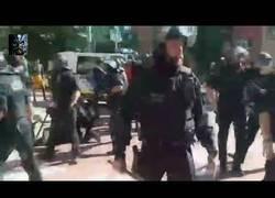 Enlace a Un hombre tira una botella a un policía y se lleva un placaje