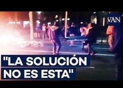 Enlace a Una señora evita con argumentos que un manifestante siga quemando mobiliario urbano