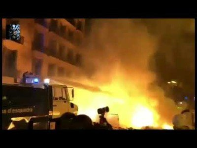 El camión-botijo que hasta ahora no había sido utilizado por la policía, entrando en acción por las calles de Barcelona