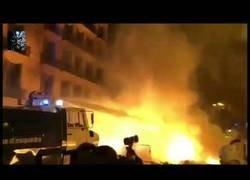Enlace a El camión-botijo que hasta ahora no había sido utilizado por la policía, entrando en acción por las calles de Barcelona