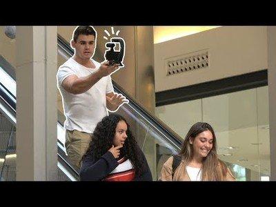 Grabando Videoblogs incómodos en escaleras mecánicas