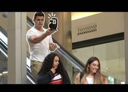 Enlace a Grabando Videoblogs incómodos en escaleras mecánicas