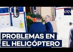 Enlace a El momento en el que, con ciertos apuros, suben el féretro de Franco al helicóptero