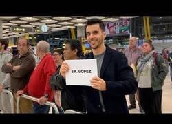 Enlace a Recogiendo a gente con apellidos comunes en el aeropuerto
