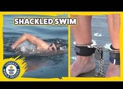 Enlace a El nadador más rápido del mundo con los pies esposados... ¡y es español!