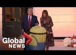 Enlace a Trump pone una chocolatina encima de la cabeza de un niño disfrazado de Minion durante el evento de Halloween de la Casa Blanca