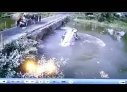 Enlace a Un padre lanza a su hijo a un puente para ponerle a salvo de un accidente