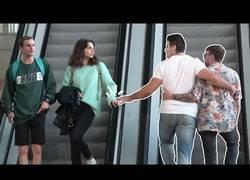 Enlace a Así reaccionan desconocidos al tocarles la mano en unas escalera mecánicas
