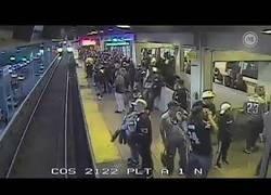 Enlace a Un supervisor salva a un hombre de ser atropellado por un tren a escasos centímetros