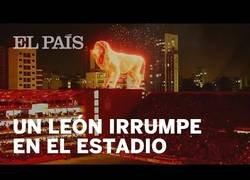 Enlace a El holograma de un león en llamas irrumpe en el estreno de un estadio en Argentina