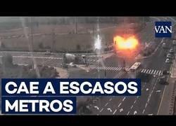 Enlace a Momento en el que un cohete cae sobre una carretera en Israel