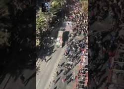 Enlace a Manifestantes atacan furgoneta policial en Chile