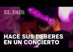 Enlace a Una chica se pone a hacer sus deberes en medio de un concierto