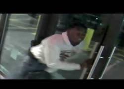 Enlace a Violento robo a una mujer en un centro comercial