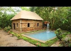 Enlace a Construyendo una casa con piscina en mitad de la selva